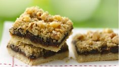 Looking for a delicious dessert? Enjoy these fig bars topped with nuts and oats.
