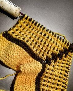 Lumioosi: Vanhanaikaiset tossut Knitted Slippers, Blanket, Crochet, Knit Slippers, Ganchillo, Blankets, Crochet Slippers, Cover, Crocheting