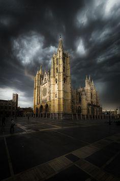 https://flic.kr/p/24RB5yE | Pulchra in tenebris | Tengo varias fotos de ese día en que el cielo estaba apocalíptico...  en esta me cautivó la luz que le llegaba a la catedral. Espero que os guste.