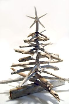 Learn how to make a DIY Driftwood Christmas Tree Tutorials with Step-by-Step Instructions to guide you perfectly to make adorable trees this Christmas! Nautical Christmas, Beach Christmas, Diy Christmas Tree, Outdoor Christmas, Xmas Tree, White Christmas, Driftwood Projects, Driftwood Art, Driftwood Wreath