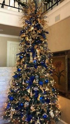Find some awesome elegant Christmas tree decorating ideas! We have collected all the best Christmas tree decorations just for you! Blue Christmas Decor, Elegant Christmas Trees, Gold Christmas Decorations, Beautiful Christmas Trees, Christmas Tree Themes, Black Christmas, Outdoor Christmas, Christmas Lights, Christmas Diy