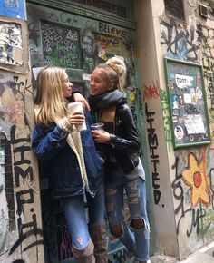 m mentions J'aime, commentaires - Lisa and Lena Lisa Or Lena, Nyc Girl, Cute Twins, Nadia Turner, Bff Goals, Soul Sisters, How To Make Shorts, Friend Pictures, Lily Chee