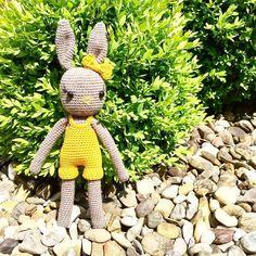 buttoneyebeanies Neu bei uns eingezogen: Ein kleines Hasenmädchen das jetzt endlich Sommerklamotten tragen kann.