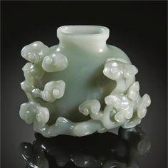 Carved jade bottle, depicting lingzhi, sacred mushrooms, China, Qing dynasty, Qianlong period.