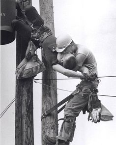 The Kiss of Life by Rocco Morabito. Pulitzer Prize for Photography, Power lineman J. Thompson performs mouth-to-mouth resuscitation on Randall Champion at the top of a utility pole where Champion brushed one of the high voltage lines. Robert Mapplethorpe, Old Photos, Vintage Photos, Epic Photos, Famous Photos, Iconic Photos, The Kiss, Power Lineman, Foto Poster