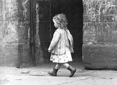 Marzaroli's Photo here! A weee girl with a mission! 'Golden Haired Lass' - an iconic Glasgow photograph by Oscar Marzaroli :)) Vintage Children Photos, Vintage Pictures, Old Pictures, Vintage Images, Old Photos, Vintage Abbildungen, Vintage Black, Old Photography, Street Photography