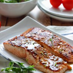 Delicious & SO EASY! Quick and easy honey garlic salmon baked and ready in under 30 minutes. With a sweet and savory marinade and sauce of garlic, ginger, honey and soy sauce. Salmon Recipes, Fish Recipes, Seafood Recipes, Cooking Recipes, Salmon Food, Salmon Pasta, Honey Recipes, Garlic Salmon, Food Dinners