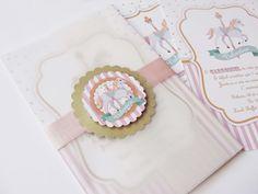 Convite Carrossel Rosa azul e dourado <br> <br>Medida: 9x14cm <br>Envelope de papel vegetal <br>Fechamento em fita de cetim <br>Acompanha tags em relevo