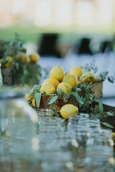 木箱にレモンと一緒にユーカリポポラスを添えたディスプレイ。ポポラスの実と葉がレモンにマッチしていて上品でナチュラルな雰囲気に。