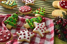 Delicious butter cookies decorated with colored bitumen for Christmas. Secret Tip: To make your cookies last longer, place them in an a. Easy Christmas Cookie Recipes, Christmas Sugar Cookies, Xmas Food, Christmas Cupcakes, Christmas Baking, Butter Cookies Tin, No Bake Sugar Cookies, Cake Cookies, Cupcakes Oreo