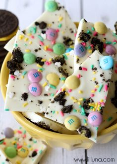 Easter Oreo Bark - so festive, delicious and only takes 5 minutes to put together! { lilluna.com } Recipe includes vanilla candy coating, Easter m&m's, oreos, and sprinkles!