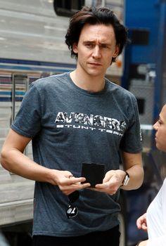 Tom Hiddleston on the set of 'The Avengers' in Central Park on September 2, 2011 in New York City. Via Torrilla: https://m.weibo.cn/status/4141511048558911 Full size image: https://wx1.sinaimg.cn/large/6e14d388gy1filyuhcjefj21051hoqtb.jpg