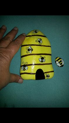 Rock painting - bees and beehive - bugs. Bee Painting, Pebble Painting, Pebble Art, Stone Painting, Garden Painting, Rock Painting Ideas Easy, Rock Painting Designs, Stone Crafts, Rock Crafts