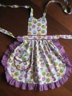 Sua pequena chef vai adorar esse aventalzinho Your little chef will love this little apron Pin: 900 x 1200 Sewing For Kids, Baby Sewing, Jean Apron, Apron Pattern Free, Cute Aprons, Sewing Aprons, Apron Designs, Kids Apron, Aprons Vintage
