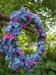 lemmikkikranssi Little Flowers, Blue Flowers, Flora Botanica, Flower Meanings, Wreaths And Garlands, Forget Me Not, Hanging Ornaments, Summer Wreath, Spring Wreaths