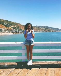 Look de Bruna Vieira em viagem pelos Estados Unidos. Camiseta, short jeans e tênis Adidas.