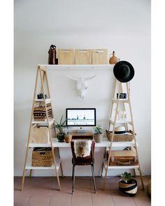 """Dá para perceber que essa """"escrivaninha de escada"""" foi feita sob medida mas nada impede aproveitar a ideia e fazer você mesmo a sua hein? #architecture #arquitetura #blogdaarquitetura #decor #decoração #design #inspiração #instadecor #referencia by blogdaarquitetura"""