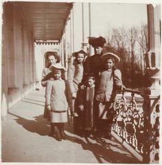 Empress Alexandra Feodorovna cercada por seus filhos as Grand Duchesses Anastasia Nikolaevna, Tatiana Nikolaevna, Olga Nikolaevna e Marie Nikolaevna, e Czarevich Alexei Nikolaevich, no Alexander Palace, em 1909.  Alexei parece meio chateado. :/