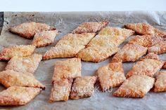 Рецепт слоеного печенья в сахаре  Сливочное масло - 180 г    Мука - 240 г    Сметана - 110 г    Соль - щепотка    Желток - 1 шт.    Ванилин - 1 г    Цедра апельсина - 1 ч.л.    Обсыпка:  Сахар - 120 г    Белок - 1 шт.