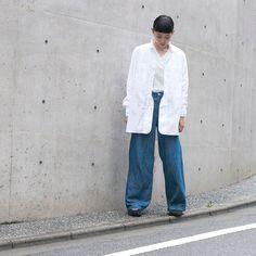 白シャツ×ユーズドデニムという絶対に間違いない組み合せも ロングシャツを選ぶとまた新鮮に見えてきますね。