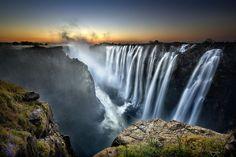 Coucher du soleil aux chutes Victoria, Zambie