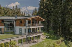 Eingebettet in die Natur besticht die #Luxusimmobilie Alpine Hideaway durch gehobenes Wohnerlebnis und ruhiger Lage in #Kitzbühel. Villa, Stone Houses, House Design, Cabin, House Styles, Projects, Europe, Home Decor, Chalets