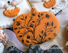 halloween Evelindecora biscuits cookies pastries Sucre vanilla decorated with royal icing and painted freehand with food coloring gel Squires Kitchen