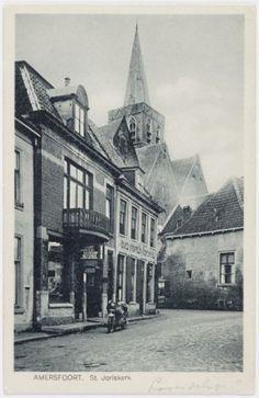 Lavendelstraat vanaf 't Havik. Links een agent van Harley Davidson Motoren op nr. 9. Daarnaast nr. 7, het begin van de Groenmarkt en de zijgevel van nr. 5. Op de achtergrond de Sint Joriskerk.