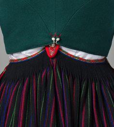 Snøreliv i klede til Vest-Agder bunad Folk Costume, Costumes, Going Out Of Business, Boho Shorts, Tassel Necklace, Vest, Traditional, Regional, Google
