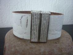 Stoere wit echt leren armband van Cuenta DQ leerband wit crocodile print 29mm breedte met magneetsluiting (kleur naar keuze) breedte.  Voor een pols van 17-17,5cm.  Met donkere magneetsluiting.  Ook heel leuk voor mannen.