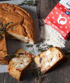 Ένα αλμυρό κέικ-αποκάλυψη με άρωμα Ελλάδας. Γίνεται με ντοματίνια, φέτα, ελιές και το νέο αλεύρι «Κέικ Φλάουρ» της ΑΛΛΑΤΙΝΗ. Bread, Recipes, Fat, Entertaining, Cookies, Table, Kitchens, Crack Crackers, Brot