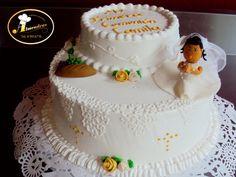 Queque de primera comunión con decoración de merengue italiano y figuras en pasta de goma.