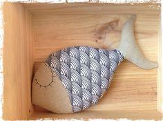 coussin poisson dormeur en lin et tissu écailles noires et blanches .