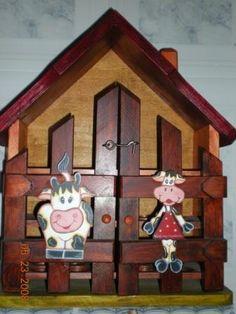 casita para huevos Arte Country, Egg Holder, Wood Crafts, Clock, Holiday Decor, Home Decor, Wood Sculpture, Ideas, Wood Frame House