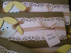 Convite tema boneca,com fita de voal,papel perolado rosa,tag de convidado e embalado em envelope transparente.