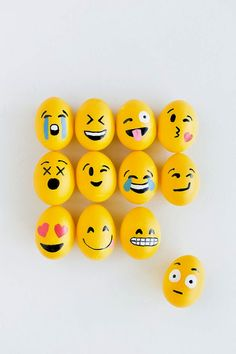 Emoji Easter Eggs Have some fun and express yourself with these adorable emoji eggs!Have some fun and express yourself with these adorable emoji eggs! Pebble Painting, Pebble Art, Stone Painting, Diy Painting, Emoji Painting, Painting Eggs, Emoji Easter Eggs, Egg Emoji, Cool Easter Eggs
