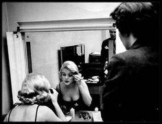 """1959 / Marilyn se préparant pour une soirée lors de son arrivée à Chicago pour la promotion du film """"Some like it hot"""" ; photos signées Earl GUSTIE et Manfred Linus KREINER."""