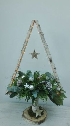 Newest Pics Spring Wreath flowers Suggestions Find some very simple the way to compliment for wreath building and make up a gorgeous outdoors spri Pallet Christmas, Diy Christmas Tree, Xmas Tree, Christmas Projects, Winter Christmas, Handmade Christmas, Christmas Wreaths, Christmas Ornaments, Easter Wreaths