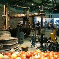 """En el Museo de la Sidra podemos contemplar el proceso de fabricación de la Sidra, desde el cultivo de la manzana hasta el embotellado de nuestra """"sidrina"""", pasando por el fermentado y el prensado.  Lo podemos visitar en Nava  www.asturiasyenatural.es"""