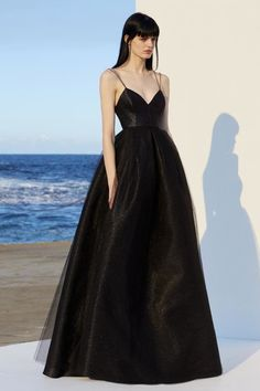 Alex Perry resort 2019 - Vogue Australia We share the most beautiful and new dress patterns for you. Prom Dress Black, Strapless Dress Formal, Formal Dresses, Long Dresses, Dresses Dresses, Black Gowns, Black Silk Dress, Dress Outfits, Silk Gown