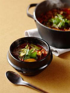 栄養バランスに優れた、韓国の代表的なスープ。牛肉のうまみのしみ込んだ辛いスープを堪能したあとは、ごはんを入れてクッパにすれば舌もお腹も大満足。|『ELLE a table』はおしゃれで簡単なレシピが満載!