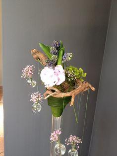 Bloemen op hoge vaas
