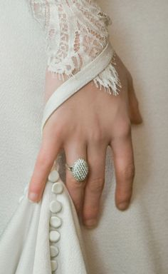 Bella's wedding ring in Twilight. This is sooooo pretty. I want this as a wedding ring.