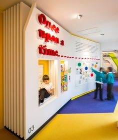 Children library (build in wall furniture) The Stephen Perse Foundation junior school School Library Design, Kids Library, Classroom Design, School Libraries, Library Ideas, Photo Library, Theme Design, Bibliotheque Design, Kindergarten Design