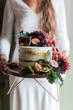 Semi naked cake decorated in autumnal flowers and fruit. Images by http://www.jobradbury.co.uk/