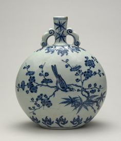 'Moon' flask with birds and flowering branches. Porcelain with underglaze cobalt-blue decoration; Jingdezhen, Jiangxi province 江西省, 景德鎮. Ming dynasty 明代 ,Yongle period, AD 1403–24. On loan from Sir Percival David Foundation of Chinese Art.