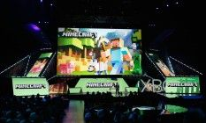 """Lydia Winters, da Mojang, apresenta a nova versão de """"Minecraft"""" que faz uso do capacete HaloLens, durante a conferência da Microsoft na E3 Foto: Christian Petersen / AFP"""