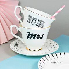 Mr. & Mrs. Tasse für Verliebte, Pärchen oder Tassensammler :) Diese Keramik-Teetassen gibt's auf Etsy.