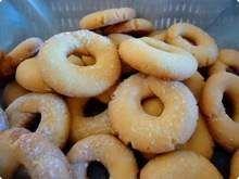INGREDIENTES  • 1 xícara (chá) de  adoçante de forno (160g)  • ¼ xícara (chá) de leite (50ml)  • 1 e ½ xícara (chá) de fubá fino (175g)  • 1 gema (cerca de 20g) 2 xícaras (chá) de amido de milho (200g)  • 1 colher (chá) de erva doce (2,5g)  • 150g de manteiga