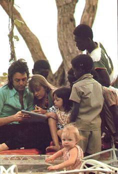 Paul McCartney in Africa to record Band on the run album, here w/ wife, Linda, daughters Mary & Stella and African children. Paul Mccartney Kids, Paul Mccartney Beatles, Paul Mccartney And Wings, Stella Mccartney, Heather Mccartney, Beatles Songs, The Beatles, Beatles Band, Happy Birthday Paul